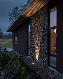 Grondspot die een deel van een huis uitlicht