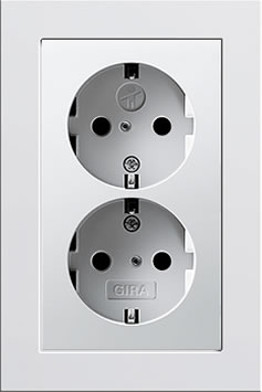 Dubbel stopcontact wit glanzend E2 Gira inbouw voor ovale dozen